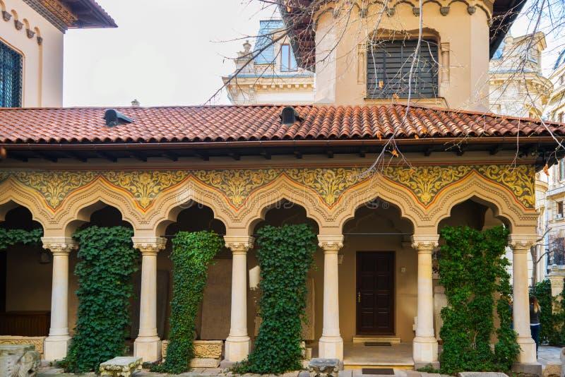 Arquitectura hermosa del arco - dentro de la yarda exterior de la corte de foto de archivo libre de regalías