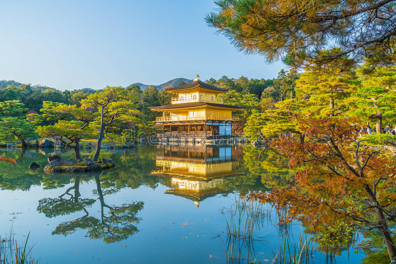 Arquitectura hermosa en el templo de Kinkakuji (el pabellón de oro) foto de archivo