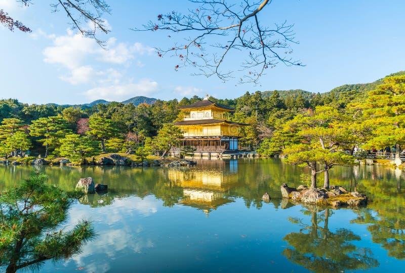 Arquitectura hermosa en el templo de Kinkakuji (el pabellón de oro) imagenes de archivo