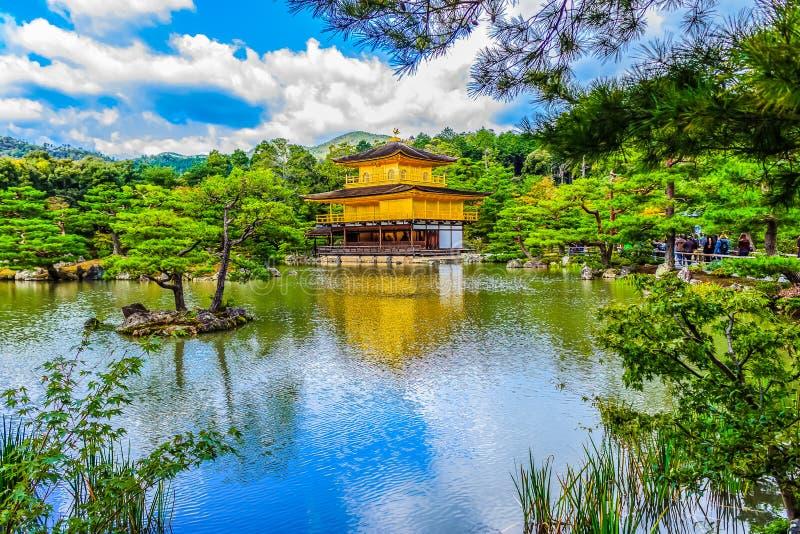 Arquitectura hermosa en Kinkaku-ji (templo del Pavil de oro fotos de archivo