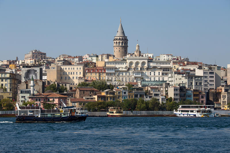Arquitectura histórica del distrito de Beyoglu y señal medieval de la torre de Galata sobre el cuerno de oro en Estambul, Turquía foto de archivo