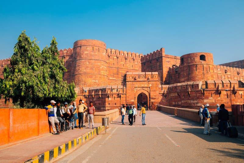 Arquitectura histórica del fuerte de Agra y gente del turista en Agra, la India imagenes de archivo