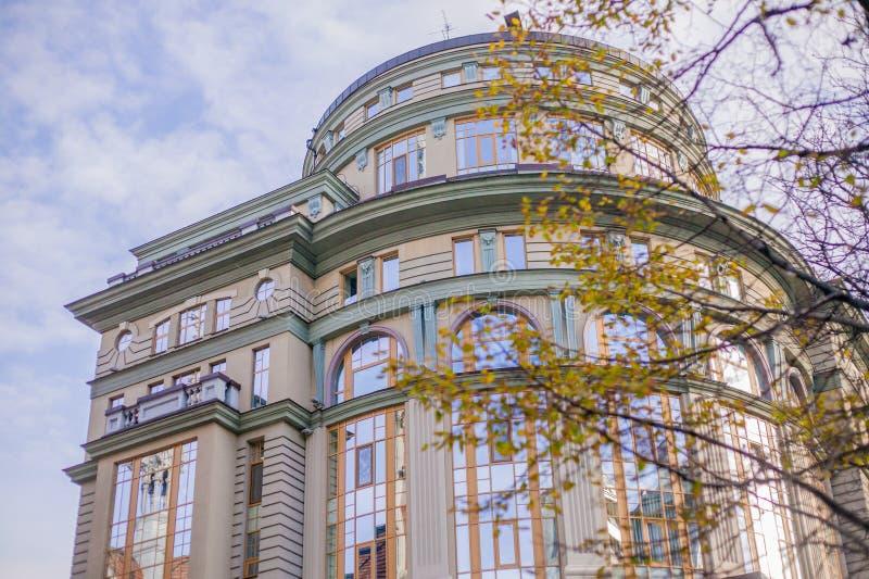 Arquitectura interesante del edificio en Europa, en Ucrania imagen de archivo
