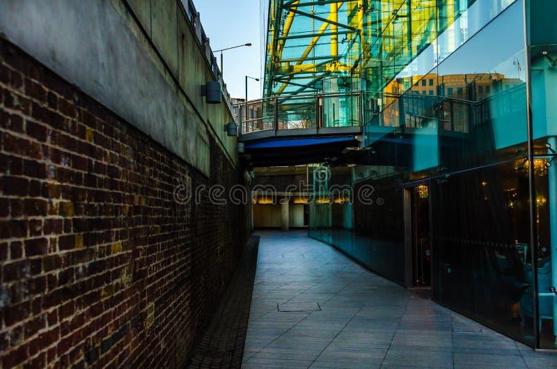 Arquitectura interesante en el paso subterráneo, un combinati imagenes de archivo