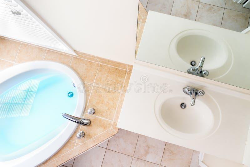 Arquitectura interior de la bañera llena y del fregadero de acrílico imagen de archivo libre de regalías