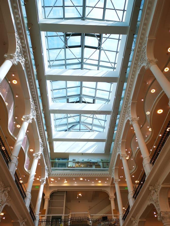 Arquitectura interior moderna con la luz en el lado fotos de archivo libres de regalías