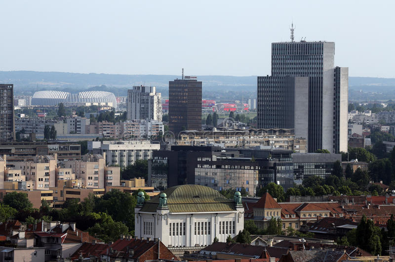 Arquitectura más baja histórica de la ciudad con el edificio de los archivos de estado croatas en Zagreb fotografía de archivo