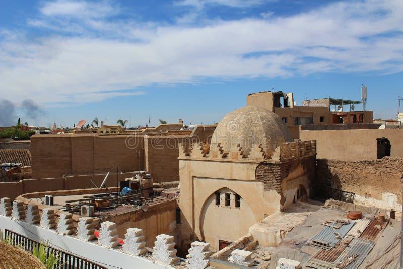 Arquitectura marroquí típica - la ciudad vieja de Marrakesh llamó Medina visto de un tejado imagenes de archivo