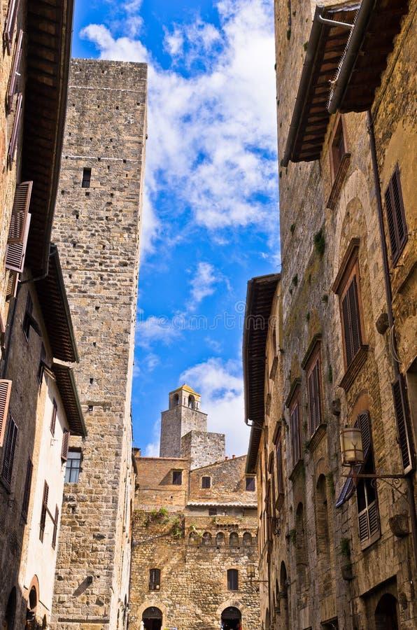 Arquitectura medieval de San Gimignano, de torres y de casas en la calle estrecha, Toscana fotos de archivo libres de regalías