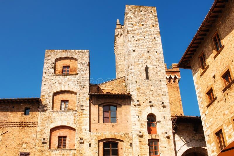Arquitectura medieval en el cuadrado de la cisterna del della de la plaza de San Gimignano, Italia fotografía de archivo