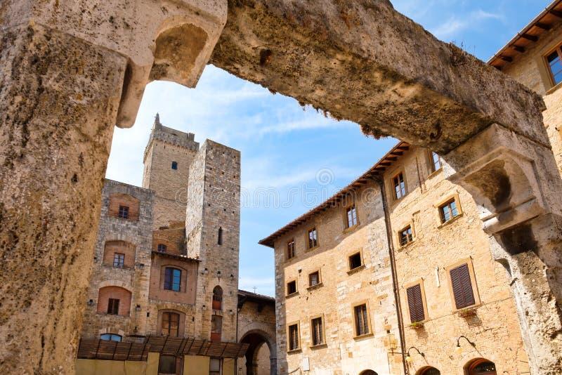 Arquitectura medieval en la ciudad de San Gimignano en Italia imagenes de archivo
