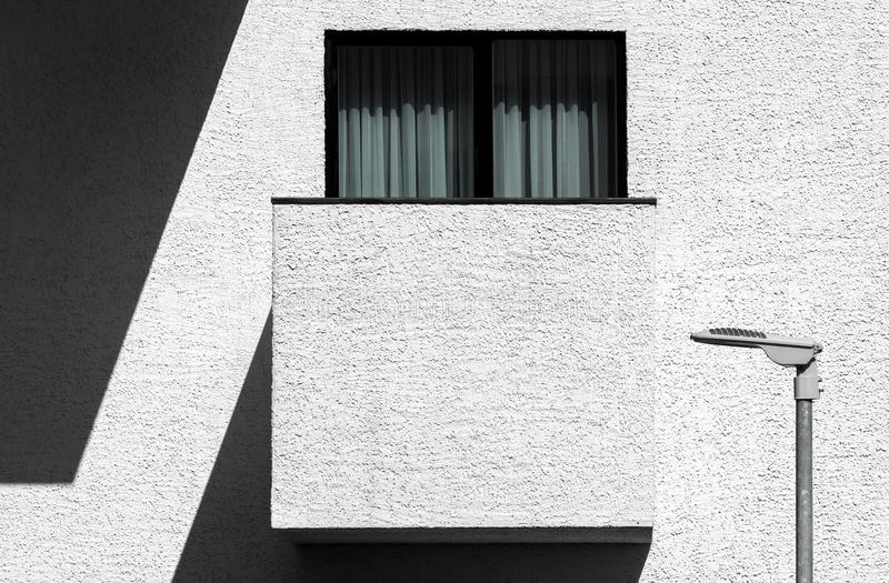 Arquitectura minimalista moderna abstracta con el balcón imagenes de archivo