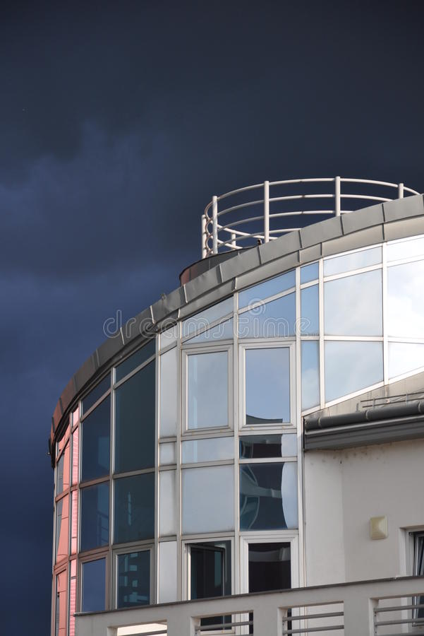 Arquitectura moderna - acercamiento de la tormenta imagenes de archivo