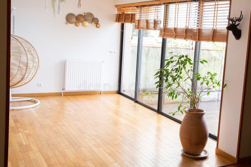 Arquitectura moderna en casa vacía casera interior con las ventanas grandes foto de archivo libre de regalías