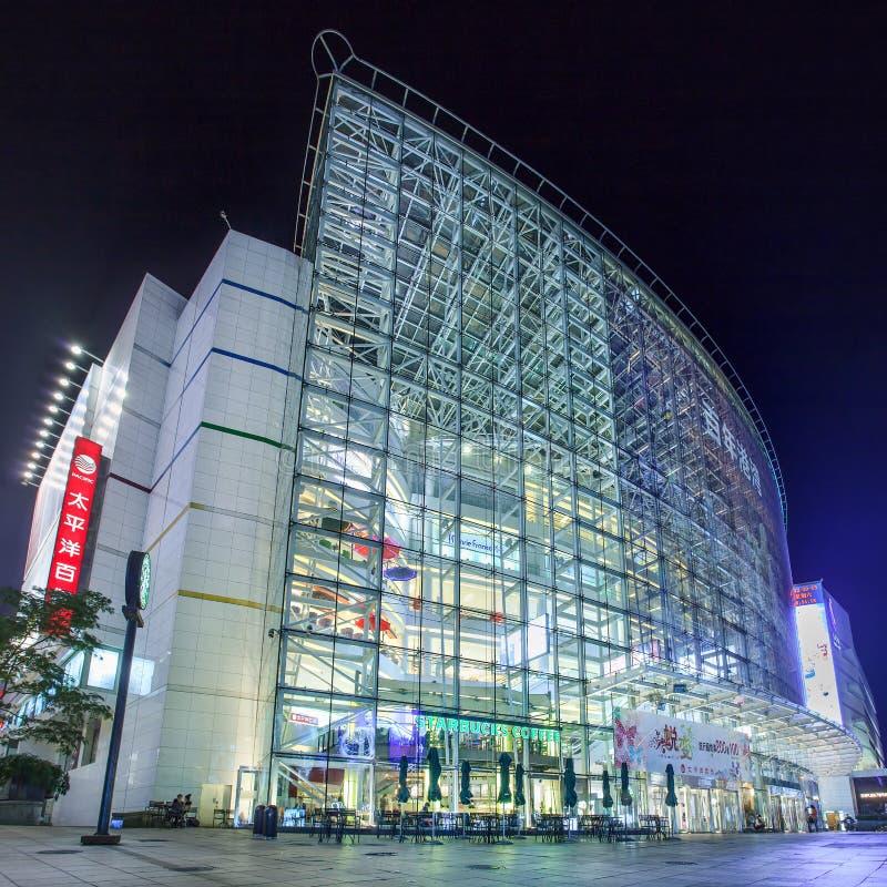 Arquitectura moderna en la noche en el área comercial de Dalian, China imagenes de archivo