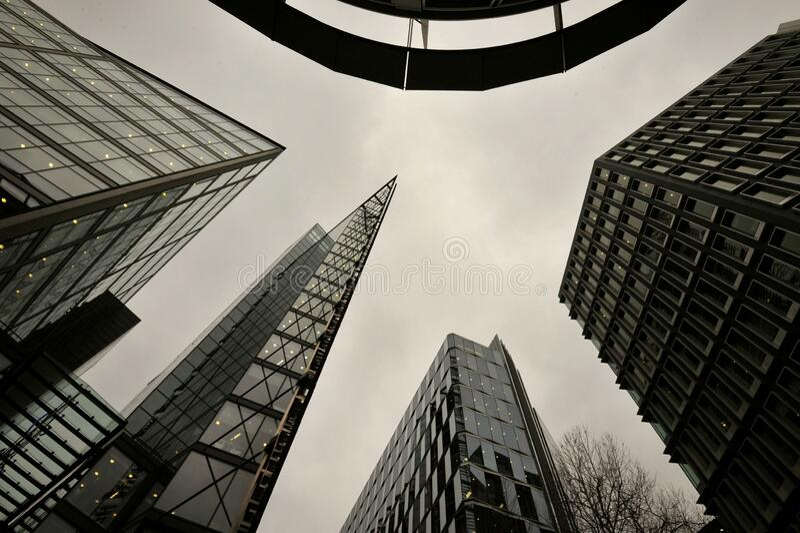 Arquitectura moderna en Londres con edificios de oficinas foto de archivo libre de regalías