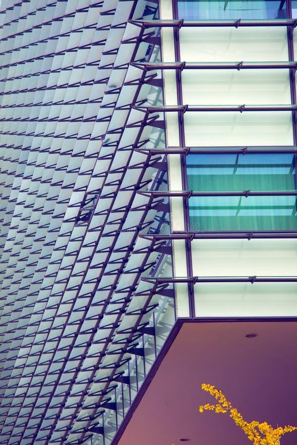 Arquitectura moderna - fachada de cristal del edificio de oficinas, fotografía de archivo libre de regalías
