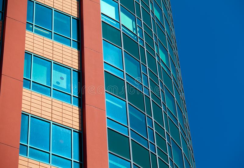Arquitectura moderna - fachada de cristal del edificio de oficinas, foto de archivo