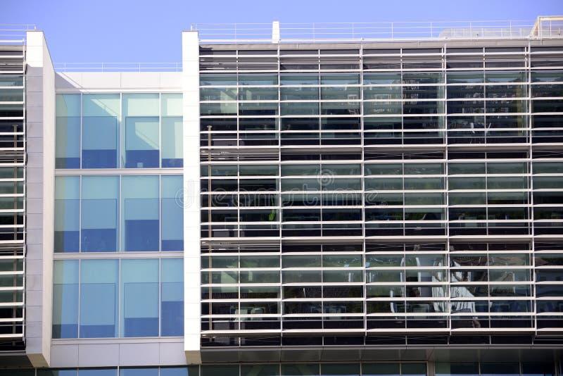 Arquitectura moderna fachada del edificio de oficinas for Fachadas modernas para oficinas