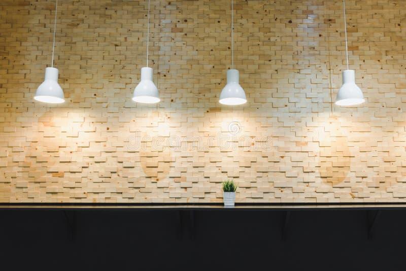 Arquitectura moderna y decoración interior con la bombilla en fondo de madera de la pared, el concepto decorativo y de los estilo imágenes de archivo libres de regalías