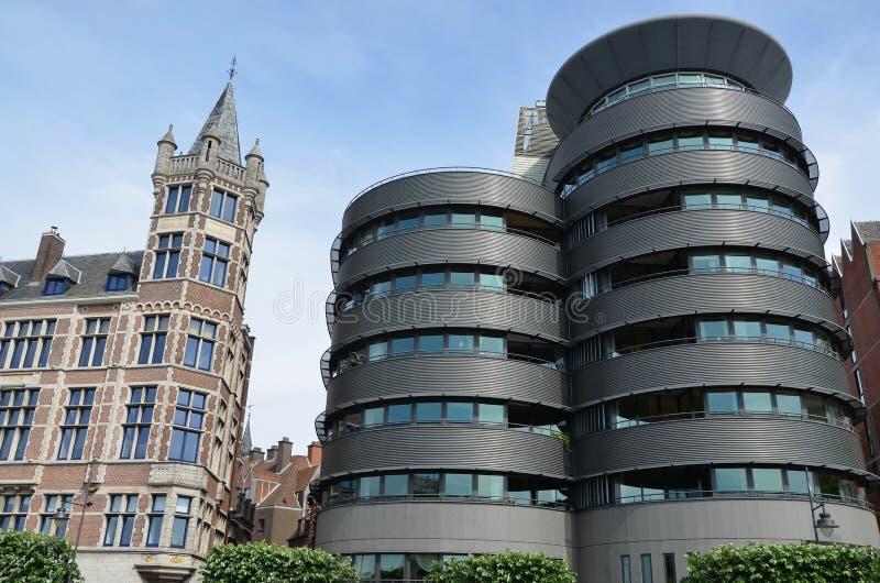 Arquitectura moderna y vieja, Antwerpen imagen de archivo