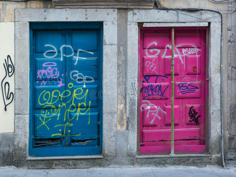 Arquitectura portuguesa antigua: Puertas coloridas viejas y escrituras foto de archivo libre de regalías
