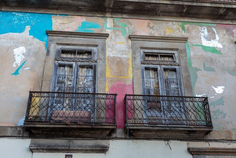 Arquitectura portuguesa antigua: Viejo Windows y pared colorida - Portugal fotografía de archivo libre de regalías
