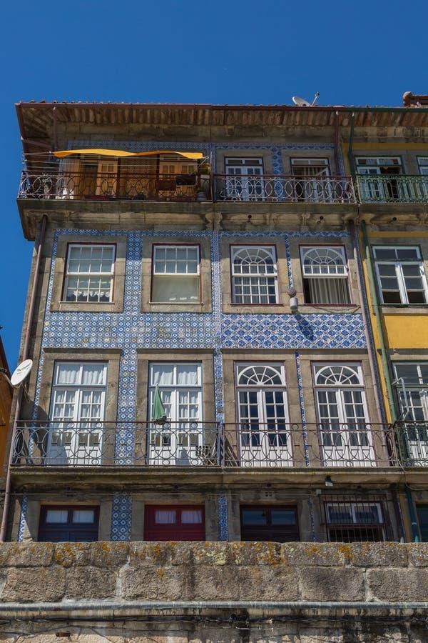 Arquitectura portuguesa colorida típica: Fachada de Azulejos de la teja con Windows antiguo y el balcón - Portugal foto de archivo