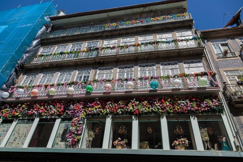 Arquitectura portuguesa colorida típica: Fachada floral con Windows antiguo y el balcón - Portugal foto de archivo