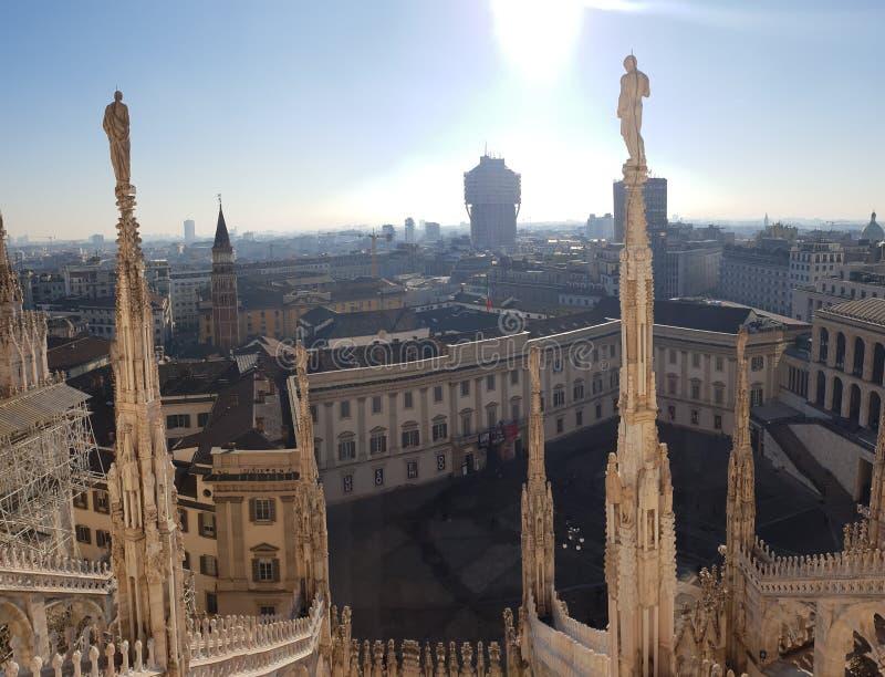 Arquitectura que sorprende en la obra maestra de la opinión del tejado de Milano Italia Italia Milano de los di del duomo imagenes de archivo