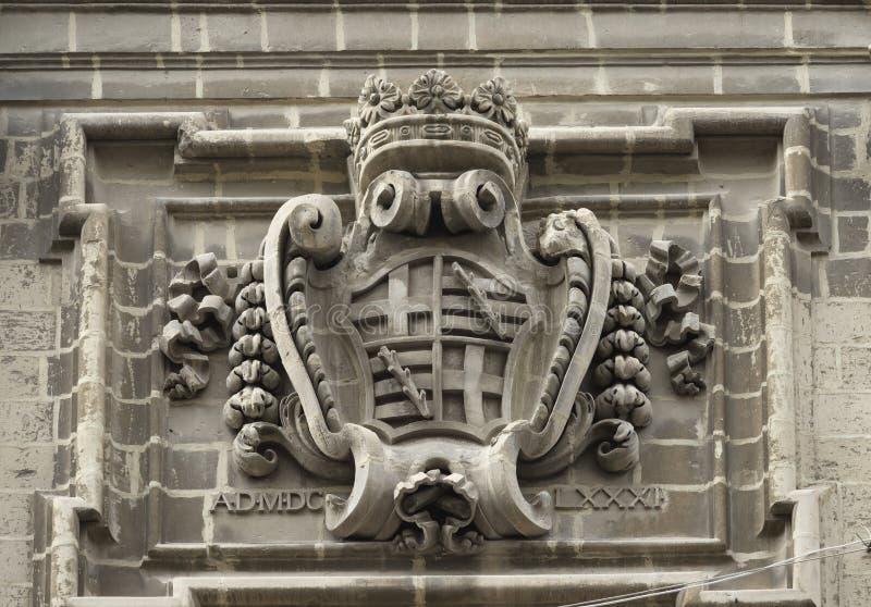 Arquitectura sagrada maltesa Escudo de armas como piedra que talla en un edificio en Vallett foto de archivo