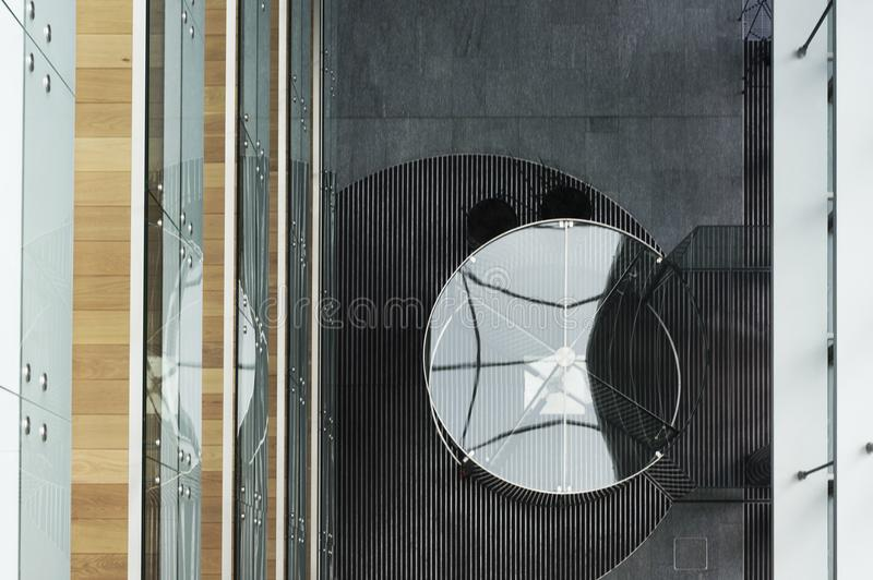 Arquitectura sostenible del modernismo de la arquitectura Diseño interior moderno en los edificios de Vilna fotografía de archivo libre de regalías