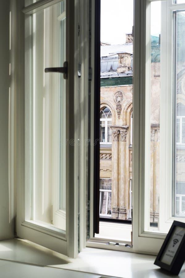 Arquitectura sostenible del modernismo de la arquitectura Diseño interior moderno en los edificios de Vilna imagenes de archivo