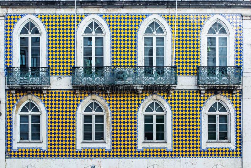 Arquitectura típica de Lisboa fachada de los azulejos de la teja con las ventanas imagen de archivo libre de regalías