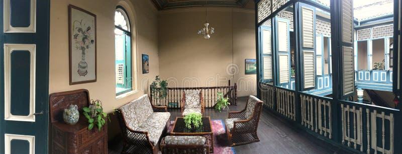 Arquitectura típica de Peranakan con muchas ventanas internas y materiales de construcción de madera fotos de archivo