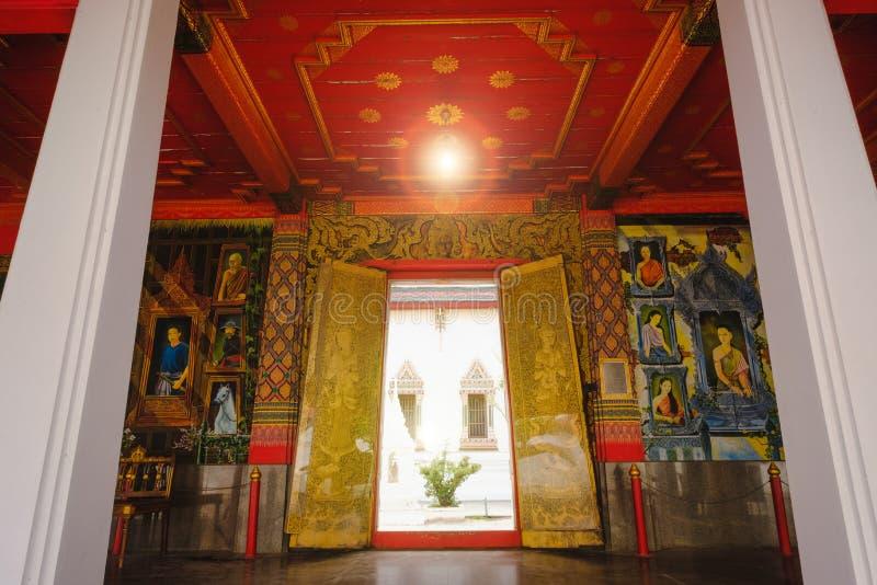 Arquitectura tailandesa hermosa del arte de los murales de la puerta del pasillo principal de la ordenación foto de archivo