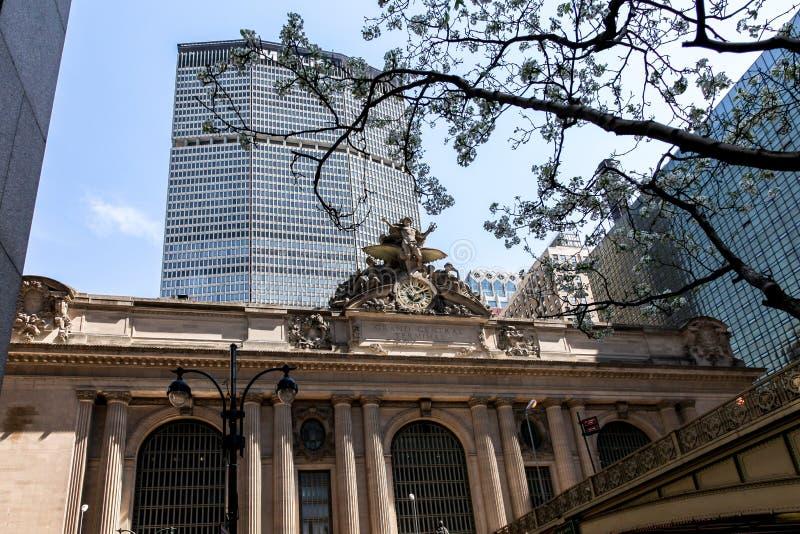 Arquitectura terminal de Grand Central con el edificio de MetLife en tiempo de primavera foto de archivo libre de regalías