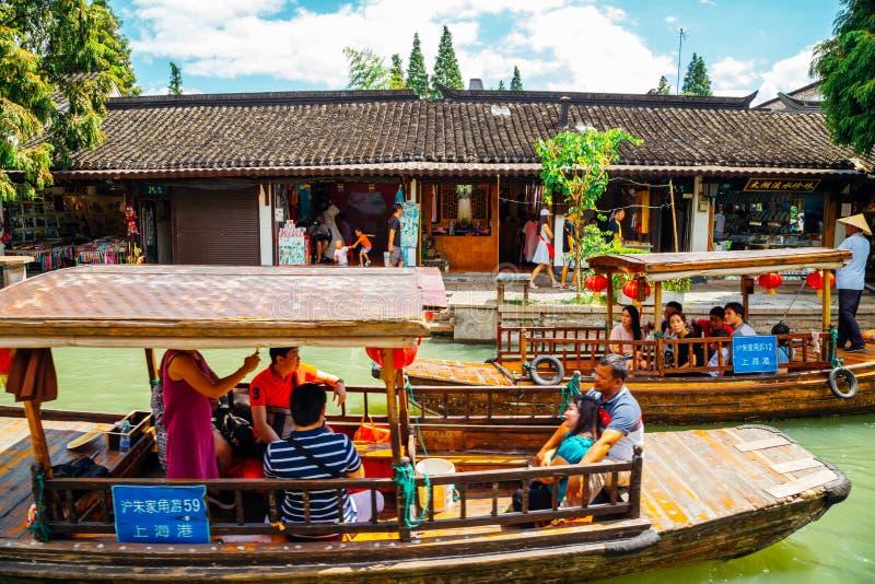 Arquitectura tradicional china con los barcos en el canal de la ciudad del agua de Shangai Zhujiajiao imagenes de archivo