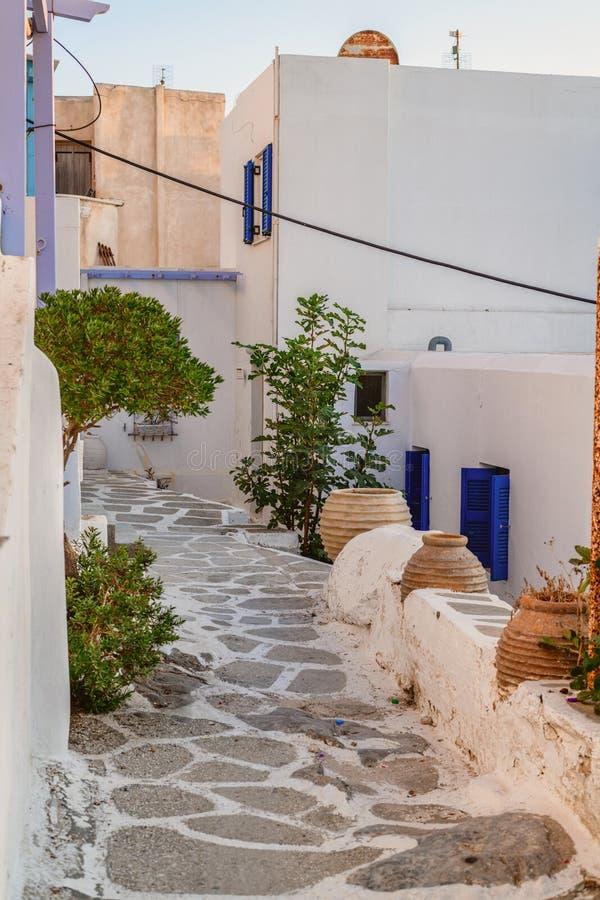 Arquitectura tradicional de Cícladas en la isla de Paros, pueblo de Naoussa Grecia imagen de archivo