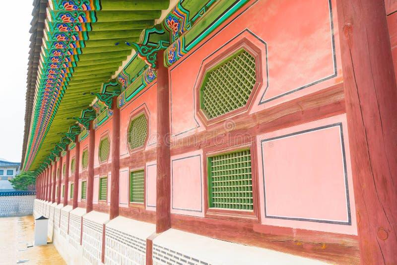 Arquitectura tradicional hermosa del palacio de Gyeongbokgung en Seul imagen de archivo