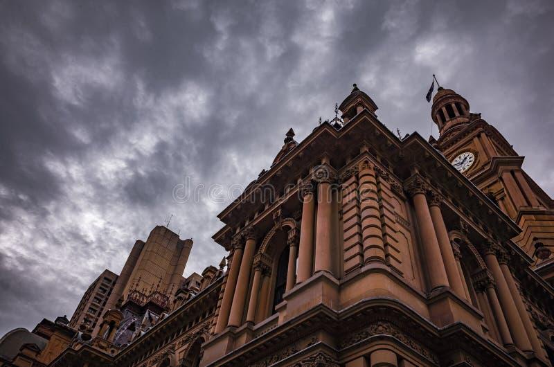 Arquitectura y cielo imagen de archivo