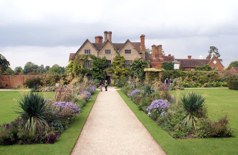 Arquitectura y jardín de Tudor foto de archivo