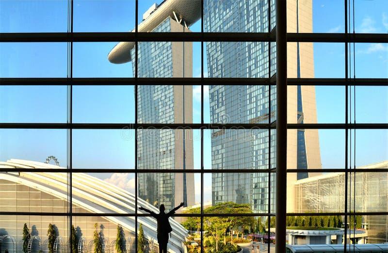 Arquitectura y scyscrapers abstractos modernos de Singapur con el cielo azul del verano fotos de archivo