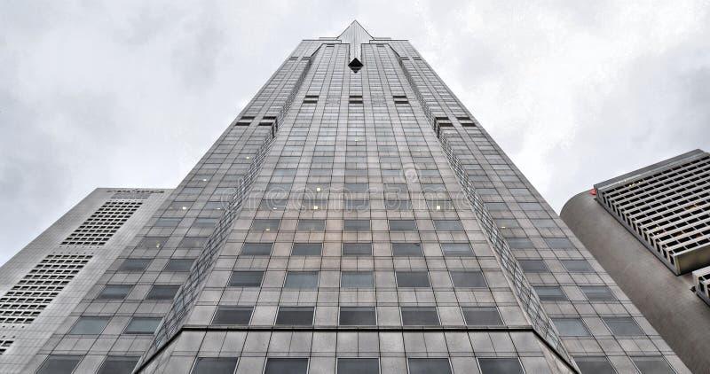 Arquitectura y scyscrapers abstractos modernos de Singapur contra el cielo nublado imagenes de archivo