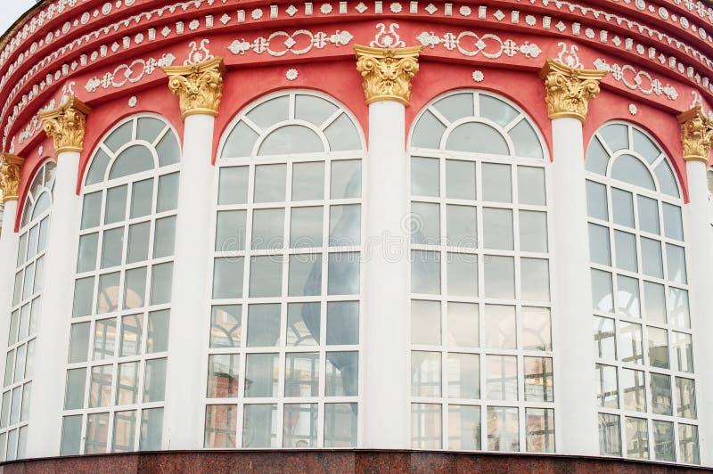 Arquitectura y ventanas del estilo antiguo del renacimiento foto de archivo libre de regalías