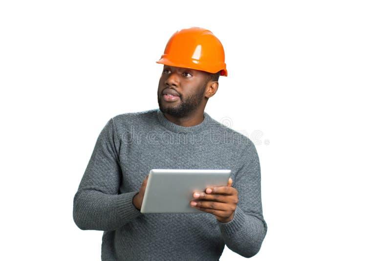 Arquiteto com a tabuleta que olha na construção fotografia de stock royalty free