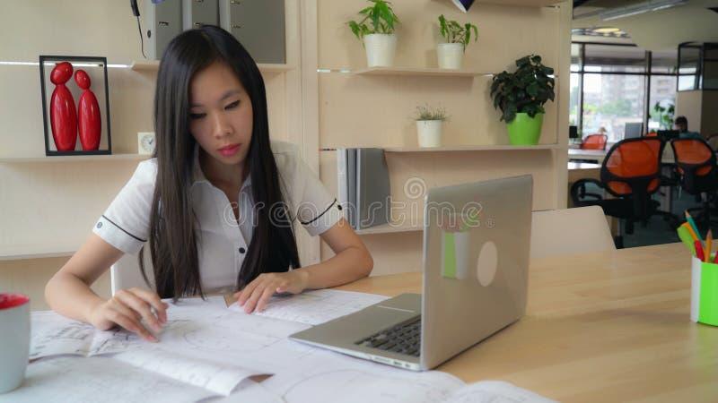 Arquiteto da mulher no escritório que trabalha com projeto fotos de stock