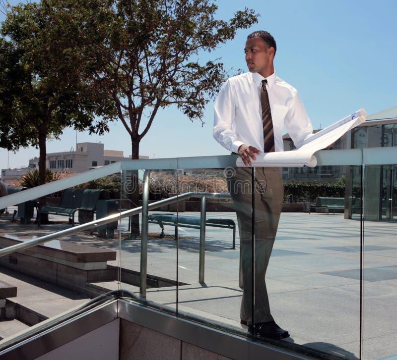 Arquiteto do americano africano que olha ao ar livre sobre foto de stock