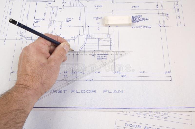 Arquiteto, elaborando plantas para uma casa imagem de stock royalty free