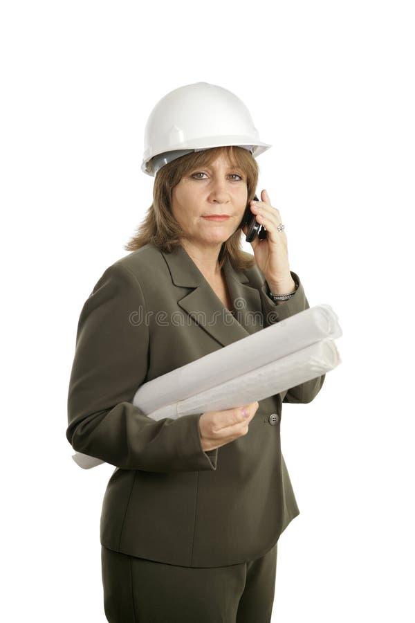Arquiteto fêmea confiável no telemóvel foto de stock